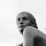 Statue Femme bord du Lac BW 2